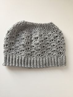 This is my third messy bun or ponytail beanie design. I like to share the pattern with you.