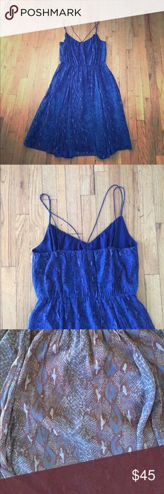 """🚨PRICE DROP! 🚨Blue Chiffon Dress with Pockets POCKETS!!! Blue chiffon snakeskin dress with beautiful back cross strap detail and an elastic waist. Tea length (for 5'3""""-5'7""""). Flows beautifully! Banana Republic Dresses"""