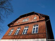 Blauer Himmel über der alten Volksschule in Wißmar in der Gemeinde Wettenberg bei Gießen