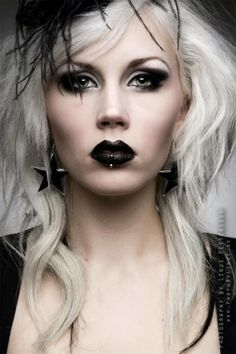 Dark makeup and light hair doesn't always work but she's a beauty Fashion Mode, Dark Fashion, Gothic Fashion, Steampunk Fashion, Emo Fashion, Style Fashion, Goth Beauty, Dark Beauty, Tribal Fusion