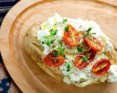 There is something so comforting about a baked potato, especially one made with cheese! Try this easy recipe for baked potato with ricotta and tomatoes. Queso Ricotta, Baked Potato Recipes, Cheese Recipes, How To Cook Potatoes, Roasted Tomatoes, Appetisers, Food Photo, Fresco, Food Inspiration