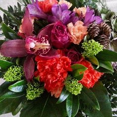 Onnittelukimppu #orkidea syksyn väristen kukkien ympäröimänä.  Congratulatory…