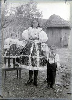 Veselský kroj. Mother And Child, Lace Skirt, Children, Skirts, Fashion, Mother Son, Young Children, Moda, Skirt