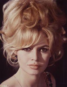Brigitte Bardot, Bridget Bardot, Bardot Bangs, Bardot Hair, 1960s Hair, Actrices Hollywood, French Actress, Vintage Hairstyles, Prom Hairstyles