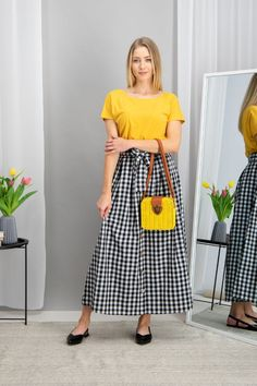 autumn | autumn outfit | spring outfit | summer outfit | autumn fashion | womensoutfit | casual outfit | women autumn outfit | yellow t-shirt | checkered skirt | maxi skirt | yellow t-handbag | black balerinas | fashion inspo | outfit inspo #ootd #factcooloutfit