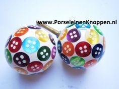 146 Vrolijke kastknoppen met gekleurde knoopjes