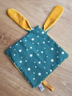 Cadeau de naissance dait main - création Bébé joue Sewing For Kids, Baby Sewing, Dou Dou, Diy Baby Gifts, Baby Couture, Painted Clothes, Sensory Toys, Sewing Projects For Beginners, Baby Accessories