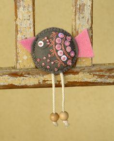 Ptáček zpěváček Tato brož je vyrobena z filcu, na zadní straně je přišita brožová sponka. průměr tělíčka 4,5 cm
