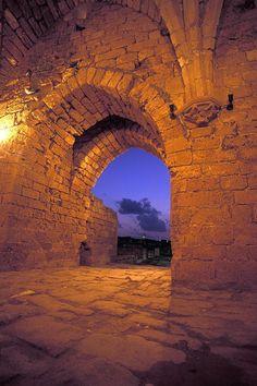 Una bella imagen de la puerta oriental de la fortaleza cruzada de Cesarea.