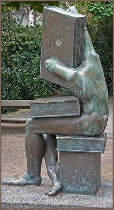 """Der Buchhändler"" [The Book Seller, literally: ""somebody who handles books""] on the Ludwig-Metzger-Platz in Darmstadt, Germany. Sculpture by Michael Schwarze, photograph by Neil Gallop."