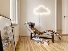 """sygns Lichtinstallation Cloud 9 ist Bestandteil der Serie """"Le Petit Prince"""", die Inspirationen in Schrift und Form aus dem gleichnamigen Buch des Autor's Antoine de Saint-Exupéry zieht, und in handgemachten Neon Lichtinstallationen widerspiegelt."""