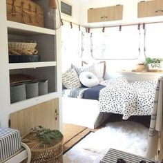 caravan renovation diy 201536152061716442 - Let there be light! ☀️ How great are the windows in small caravans for letting in all this glorious sunshine? Source by matiildec Vintage Caravan Interiors, Caravan Decor, Retro Caravan, Caravan Ideas, Caravan Lights, Diy Caravan, Caravan Renovation Diy, Caravan Makeover, Small Caravans