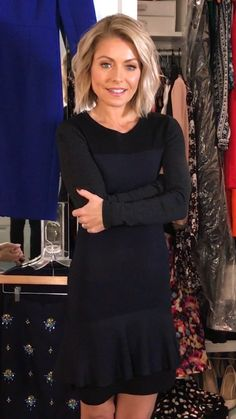 Kelly Ripa in an Isabel Marant blue dress. Kelly's Fashion Finder - Kelly Ripa in an Isabel Marant blue dress. Kelly Ripa Haircut, Curled Hairstyles, Pretty Hairstyles, Isabel Marant, Medium Hair Styles, Short Hair Styles, Kelly Fashion, Short Blonde, Blond Bob