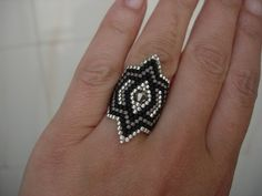 Bisaneta: Anillo Beaded Jewelry Designs, Seed Bead Jewelry, Bead Earrings, Diy Beaded Rings, Beaded Bracelets, Tutorial Anillo, Seed Bead Projects, Beaded Rings, Perler Beads