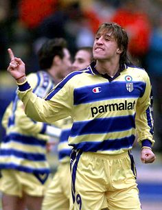 Hernan Crespo of Parma in Pure Football, Football Kits, Football Soccer, Football Players, Football Stickers, Football Cards, Parma Fc, Vintage Football, Best Player