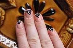 No es necesario que toda tu uña esté pintada, un detalle en cada una la hará lucir genial.