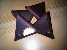 monedero con forma de triángulo con 2 aperturas monedero cuero,broches de presión corte,colocación de broches
