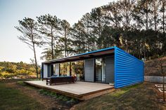 Small summer house in Brazil: Residência O. Container Home Designs, Small Summer House, Casas Containers, Prefab Homes, Residential Architecture, Minimalist Home, Bungalow, Tiny House, Small Houses