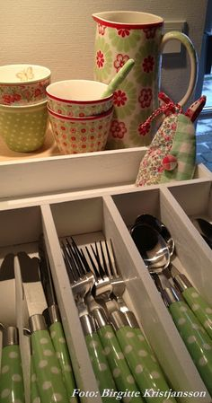 I want that green polka dot flatware! Shabby Chic Kitchen, Vintage Kitchen, Happy Kitchen, Cottage Kitchens, Decoration Table, Kitchen Items, Home Decor Accessories, Apartment Living, Cottage Style