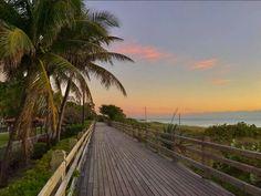 Macht mit uns einen Spaziergang am Meer! (Zach Burke via Visit Florida) #miami #beachwalk #beach #sunset #dreams #travel #lovefl #visitflorida #visitmiami