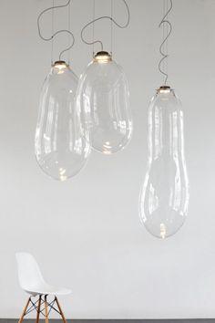 Wij zijn helemaal weg van deze enorme glazen lampen van de Nederlandse ontwerper Alex de Witte. De lampen worden geblazen van glas en doen ons erg denken aan bellenblaas! Doordat de Big Bubble uit gla