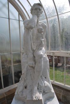 """King Robert of Sicily. Existe un poema de H.W:Longfellow donde se narra que este rey era muy arrogante y un día un ángel lo despojó de su vestidura y lo forzó a tomar el rol de bufón acompañado solo con un mono como su único amigo. El poema original es """"The Sicilian´s tale in Tales of a wayside Inn""""  Escultor George Henry Paulin. mármol 1927  1 m 54 cm de altura. Jardines Botánicos ( Kibble Palace)  North Kelvinside Glasgow Glasgow Uk, George Henry, Rey, Statue, Poem, Botanical Gardens, Jumpsuit, Sculptures, Sculpture"""