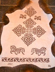 Honningfarget spælsauskinn Leather Craft, Crafty, Wool, Inspiration, Decor, Biblical Inspiration, Leather Crafts, Decoration, Dekoration