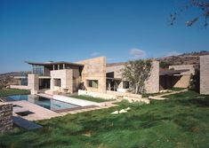 The Altamira Residence by Marmol Radziner occupies a 20-acre site along the coast of the Palos Verdes Peninsula. The project is a 15,500 square foot complex with a main residence, study, guesthouse, and garage.