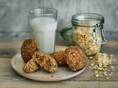 These oat carob cookies are the perfect recipe for a sugar-free mid-afternoon treat or after-dinner dessert. You'll feel both nourished and satisfied.