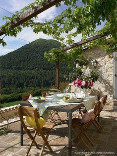 Que Delícia De Cantinho... Casa no coração da Umbria - situada entre montanhas e olivais antigos, a sensação de paz é tangível !!