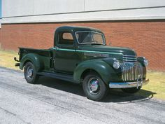 Vintage Cars Post-war Chevy Truck - note Art Deco influence in grille. Classic Pickup Trucks, Old Pickup Trucks, Gm Trucks, Cool Trucks, Vintage Chevy Trucks, Antique Trucks, Chevrolet Trucks, Vintage Cars, Chevy Pickups