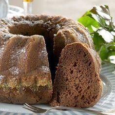 Mummin kakku on hyvin säilyvä ja maukas kahvikakku. Kahvi, omenasose ja suklaa antavat makua kakulle, joka kostutetaan meheväksi liköörillä.1. Voitele ja korppujauhota kahden litran vetoinen rengasvu... Baking Recipes, Cake Recipes, Dessert Recipes, Desserts, Finnish Recipes, Fruit Bread, Sweet Bakery, Sweet Pastries, Fat Foods