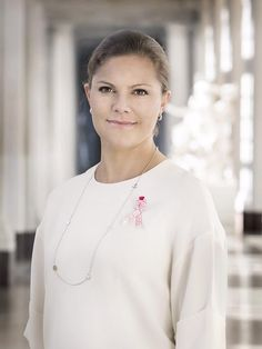 A new official picture of Crown Princess Victoria has been released in honor of Cancerfondens Rosa Bandet or Cancer Society's Pink Ribbon campaign. The Crown Princess is the official patron of the. Princess Victoria Of Sweden, Crown Princess Victoria, Princess Mary, Pink Ribbon Day, Princesa Victoria, Style Royal, Swedish Royalty, Prince Daniel, Royal Engagement