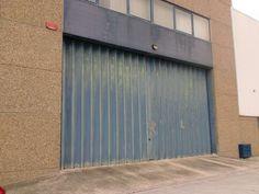 Armazém Venda/Arrendamento em Queluz de Baixo. Armazém bem localizado, próximo do IC19. Constituído, no piso térreo por área de armazenagem com 275m2, sala polivalente com 75m2, área de recepção/expedição com 70m2, mais duas instalações sanitárias e balneário. O primeiro piso, com cerca de 200m2 é constituido para vários gabinetes e sala de reuniões com divisórias amoviveis, mais copa e mais