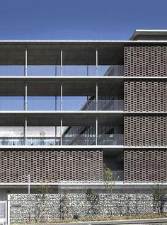 東大谷高等学校泉ヶ丘キャンパス | 竹中工務店 Concrete Building, Metal Panels, Facade Design, Facade Architecture, Building Materials, Canopy, Balcony, Terrace, Skyscraper