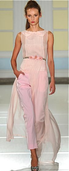Temperley London - Spring Summer 2014 Ready-To-Wear - Shows - Vogue. Style Rose, Rosa Style, Pink Fashion, Runway Fashion, Fashion Show, Fashion Design, Fashion Spring, London Fashion Weeks, Estilo Fashion