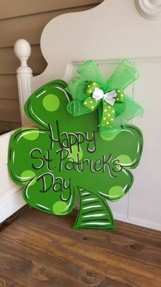 """Most current Screen St. Patricks day door hanger Irish door hangers wood door hangers door hangers Style Your individual door hanger Sure, the classic is of course the door pendant, where on the front """"d St. Patrick's Day Diy, Wooden Door Signs, Wooden Door Hangers, Metal Hangers, Wood Signs, St Patrick's Day Crafts, Holiday Crafts, Holiday Decor, Fun Crafts"""