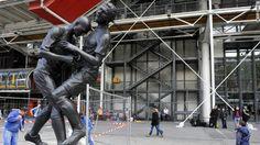 サッカーのフランス元代表のカリスマ的選手だったジネディーヌ・ジダン氏が2006年のワールドカップ(W杯)ドイツ大会決勝で戦ったイタリア代表選手に見舞った「頭突き」を表現した銅像