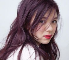 Before deciding which hair style to choose, it is important to consider the place of the wedding, as well as the look that you want to get depending on your outfit. Dark Burgundy Hair Color, Dark Violet Hair, Dark Red Hair, Brown Hair, Korean Hair Color, Wine Hair, Hair Color Streaks, Lavender Hair, Asian Hair