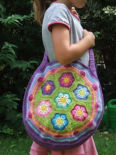 The English Fantasy Flower bag Pattern made with African Flower hexagons. The pattern calls for a 3.5 to 4mm hook and even gives you the beautiful array of colors from soft Balans yarn that you see here. This is one bodacious bag! ¯_(ツ)_/¯