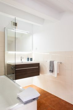 Bathroom in modern apartment in Gracia, Barcelona. Advanced Home Staging | Markham Stagers, Barcelona