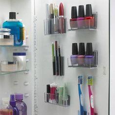 Unsichtbaren Stauraum mit selbstklebenden Mini-Behältern schaffen.  Wenn der kleine Schrank hinterm Spiegel voll ist, bringt einfach ein paar selbstklebende Mini-Behälter an den Innenseiten der Türen an, um die restlichen Artikel dort aufzubewahren.