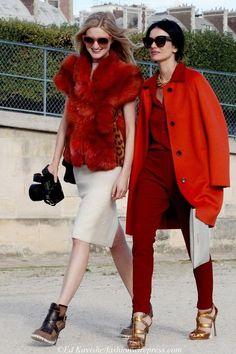 Rood is weer helemaal terug in het modebeeld en geeft kleur aan al die sombere zwarte en grijze kleding voor de herfst en winter van scharlakenrood tot Marsala, kersenrood, bordeaux, steenrood. Hoe draag je rood?