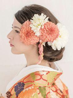 打掛の色に合わせた大ぶりのダリアを添えて花嫁らしく華やかに/Side