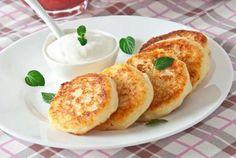 """Rússia - Um dos itens mais conhecidos do café da manhã russo são as """"oladis"""", tradicionais panquecas fritas, bem macias por dentro e crocantes por fora, que podem vir acompanhadas de creme azedo, mel, geleia ou frutas vermelhas."""