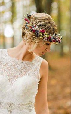 ナチュラルな花冠スタイル♡ ショートヘアで作るウェディングドレスに合う髪型一覧。ウェディングドレス・カラードレス・花嫁衣装の髪型まとめ。