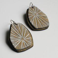 Starburst dangle earrings in antique brass di jibbyandjuna su Etsy