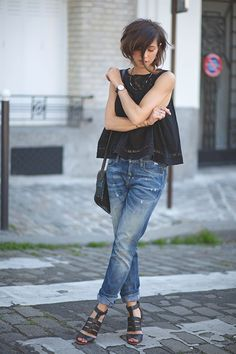 Black top, jeans and sandals... Such a simple outfit. Works. Via Zoé Alalouch Top: Mango, Jeans Meltin Pot, Sandals Pepe Jeans