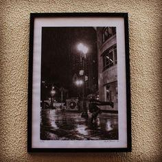 Gravura 70x50cm da artista Tabyta Yasmin, em moldura preta simples, quadro integrante da exposição 'Novo Olhar Urbano' da galeria A7MA (@a7ma95). #cidomolduras #quadro #moldura #gravura #framed #frame #print #poster #board #deco #arte #art #streetart #tag #tabytayasmin #a7ma