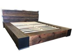 Lit plateforme en bois avec des Accents en acier inoxydable et de quatre tiroirs de récupération industrielle